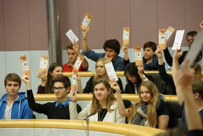 Beim Schüler_innenparlament können Schüler_innenvertretungen über Anträge abstimmen