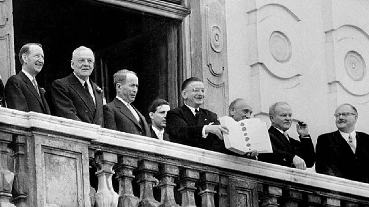Leopold Figl präsentiert den Staatsvertrag.