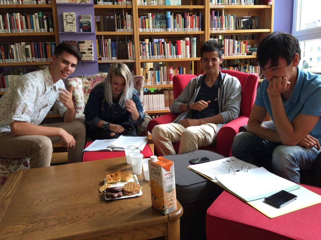 Geflüchtete Jugendliche beim Sprachencafé